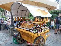 Stalletje met streekproducten, waaronder gerookte kaas (lijken op broodjes) in de autovrije straat Krupowki te Zakopane in Zuid-Polen. #Zakopane #Polen #Tatra