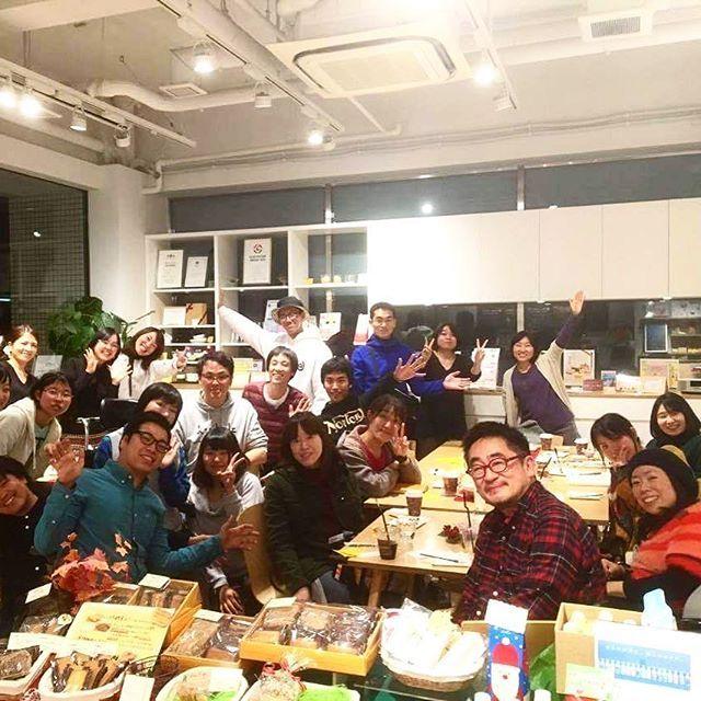 2016/11/27 20:39:54 natsumi.okn セラピストと障がい当事者がゆるりつ繋がるカフェスペースとしてReCafeを始めましたが、 ゆるりというか、もうガッツリ、友達のような、同志のような、そんな仲間になっております。  みんなが創ってくれるこの雰囲気、ありがとうー!  今回は、#筋ジストロフィー の #車椅子 ユーザーであり、#バリバラ のグロさんでもお馴染み、小野さんにご夫妻をゲストとしてお迎えし、出逢い・繋がり・コミュニティ・障がい×恋愛 をキーワードにお話しを聞きました。  そしてみんなで、コミュニティ創りワークショップ! 来年はこれをもとに、色々創っていきますよー!  この写真に写ってるメンバー #筋ジス #ケアマネ #脳性麻痺 #鍼灸 #二分脊椎 #義足 #cmt  #適応障害 #理学療法士 #作業療法士 #色弱 #薬剤師  うん、こうしてみると、ほんといろんな人がいるね。 だからこそ、色んなものが生まれるね!