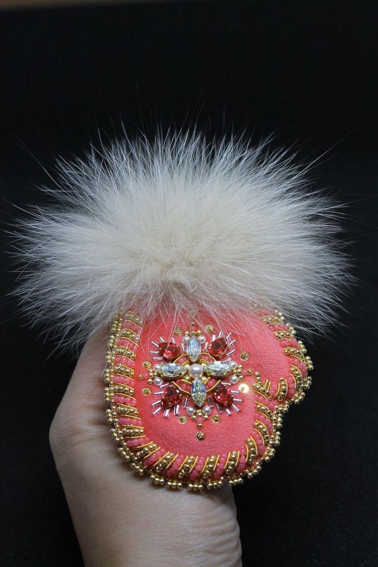 Брошь «Рукавичка» новогодняя с кристаллами Swarovski и мехом песца – купить в интернет-магазине на Ярмарке Мастеров с доставкой