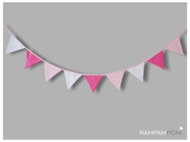 Bawełniana girlanda o długości ok. 220 cm to świetna ozdoba do pokoiku Waszej Córeczki! Dziewięć trójkątów w dziewczyńskich kolorach: białym, jasnoróżowym i różowym. Uszyta w Polsce, z...