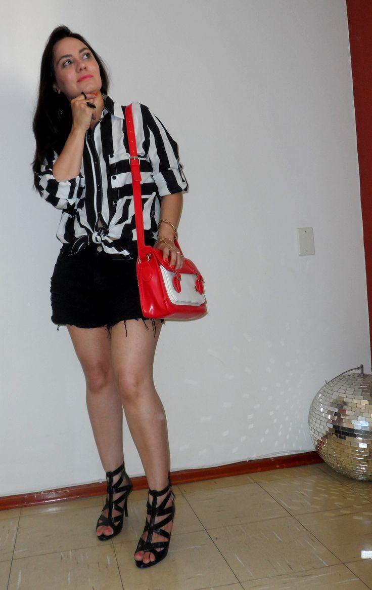 Look preto e branco com bolsa bicolor #Romwe #Fashion www.quadrofeminino.com