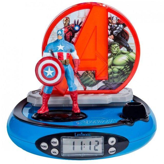 Se réveiller aux côtés de son super héros préféré, c'est possible avec ce super radio réveil aux pouvoirs de projection ! Ce radio réveil au design arrondi est décoré aux couleurs de l'équipe des Avengers , avec la figurine de Captain America et un écran LCD pour l'affichage de l'heure. En plus de ses fonctions classiques et sa radio FM, il projette l'heure et une image Avengers au plafond ! De plus, lorsqu'on appuie sur la figurine de Captain America, des effets sono...