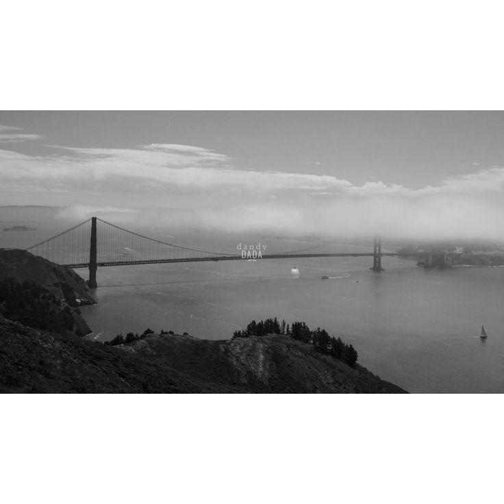 """#goldengate Reportage naturalistico lungo il """"West"""". Terra di frontiera, territorio unico per catturare scenografie naturali da lasciare senza fiato. Non vi è alcun altro #paesaggio del pianeta capace di competere in bellezza, in immensità degli spazi e profondità del cielo.  U.S.A., #California, San Francisco. 27/07/2014 #sanfrancisco #bridge #architettura #photo #black&white"""