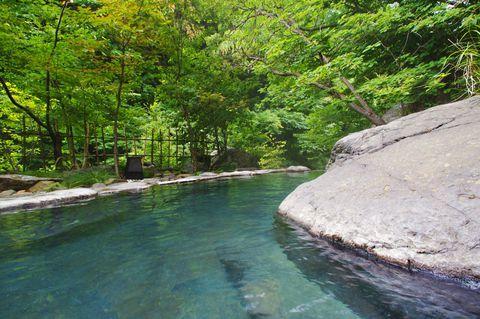 長野県は無数の源泉が点在する、まさに温泉天国! 今回は長野県にある秘湯「松川渓谷温泉 滝の湯」をご紹介します。滝の湯は緑豊かな長野県高山村の秘湯。大露天風呂は混浴になっていて、森林浴&温泉浴が出来るので、カップルで訪れても開放的な気分に浸れます。松川のせせらぎを聞きながら、ゆ~ったりした時を過ごせる、長野の秘湯『滝の湯』を訪れてみませんか?