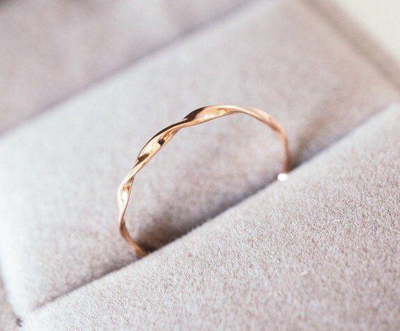 Rose gouden Mobius ring massief 14k 18 karaats vergulde twist band stapelen ring van Möbius, witgoud, platina trouwring stapelbare band ring, bruiloft verbod door LILOOKS op Etsy https://www.etsy.com/nl/listing/477501165/rose-gouden-mobius-ring-massief-14k-1