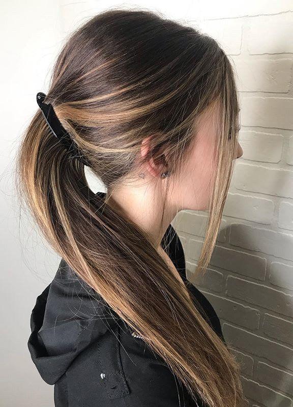 Frisuren Trend Die Bananenspange Ist Zuruck Und Rettet Uns An Bad Hair Days In 2020 Banane Frisur Haar Styling Feder Haar