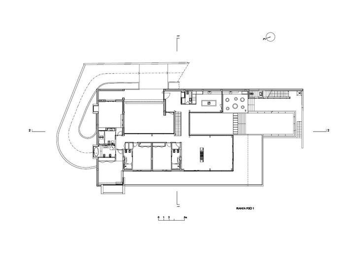 Вилла Escarpa, спроектированная командой Mario Martins Atelier, находится недалеко от деревни Прайя-да-Луз на юге Португалии. Новый дом был построен на месте былого здания на участке с прекрасным видом. Простая и современная резиденция включает крытые террасы и дворики для комфортного отдыха на с...