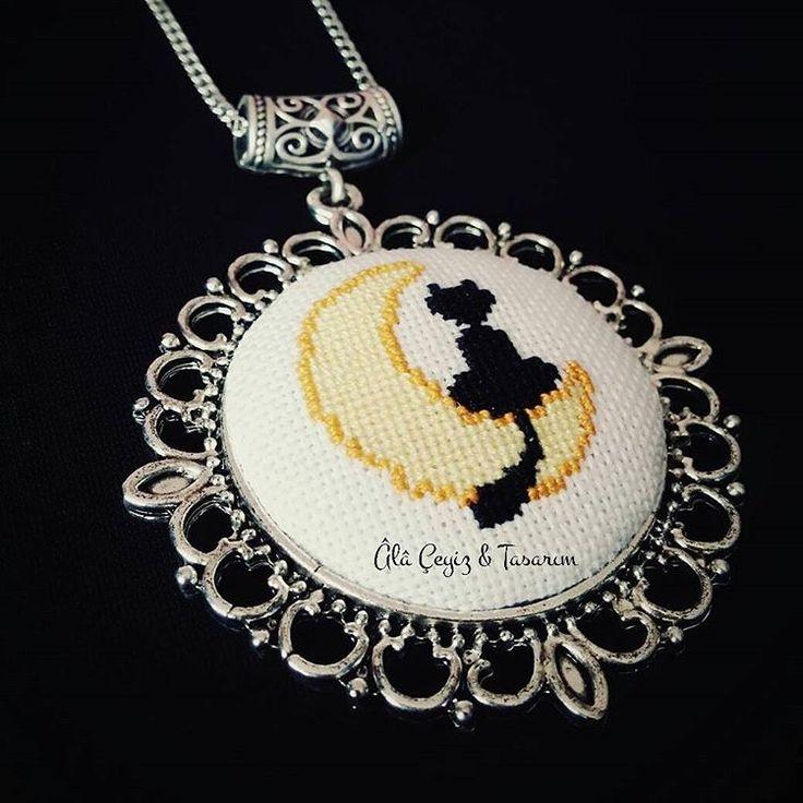 'Aydaki kedi' kanaviçe kolye 🌙🐱 En sevdiğim anime olan Ay Savaşçısı'nı hatırlatan bu deseni kolyeye uyarlamak istiyordum ne zamandır, bugüne kısmetmiş 😊💕 Bilgi ve sipariş için DM'den bize ulaşabilirsiniz 💌  #etamin #kanaviçe #kaneviçe #handmade #etaminkolye #kanaviçekolye #kanaviçetakı #etamintakı #embroidery #fashion #moda #tarz #takı #hobi #alışveriş #sipariş #siparişalınır #özelyapım #tasarım #elemeği #elyapımı #elişi #hementeslim #sailormoon #aysavaşçısı #anime #cat #moon