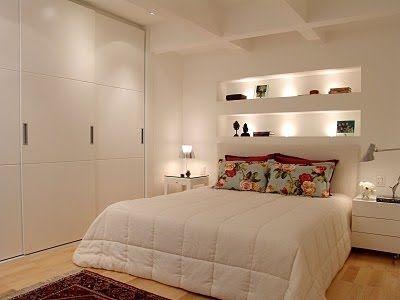 Quarto clean com boa integração com armários.