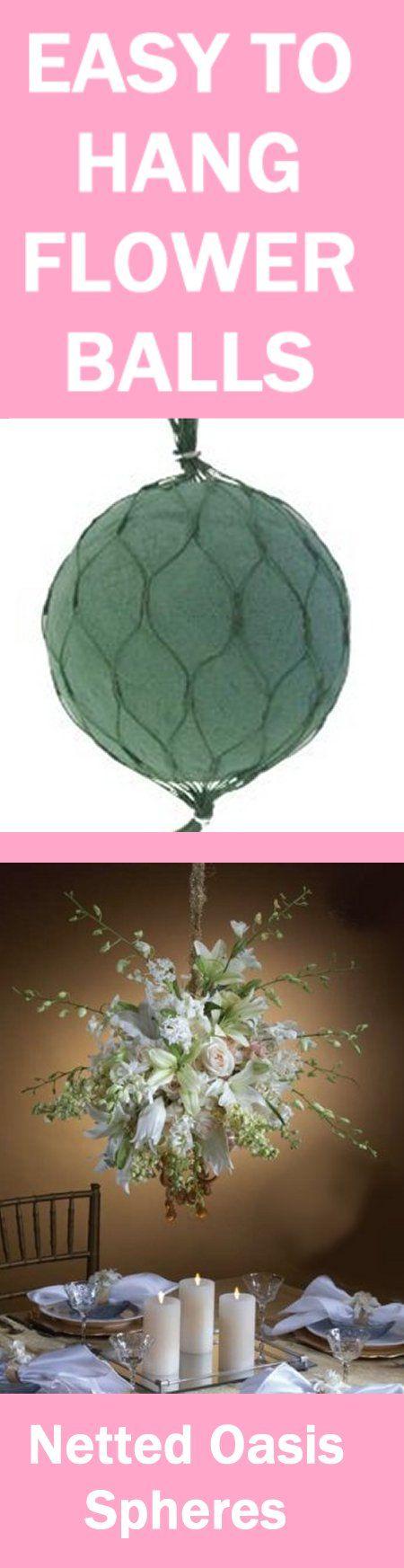 Steckstoff mit weitmaschigem Netz umschließen und die Blumen hineinstecken. Dann einfach an der Decke anbringen