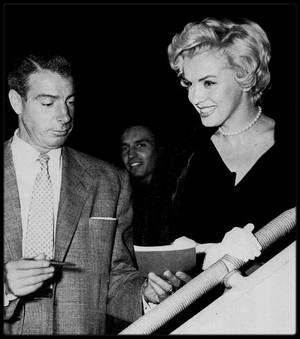 1954 / C'est Joe DiMAGGIO (et non l'empereur du Japon, comme souvent on le voit écrit) qui offre ce collier de perles de culture crée par MIKIMOTO à Marilyn pour leur lune de miel, qui devait avoir lieu au Japon, alors qu'on le sait aujourd'hui, le voyage de noce se transforma pour Marilyn en tournée de chants pour les G.I.'s alors basés en Corée, cependant Joe fit visiter à Marilyn quelques endroits du Japon, notamment Kobé, Tokyo, Hitami , Kyushu ou encore Yokoama. / LEGENDE DES PHOTOS…