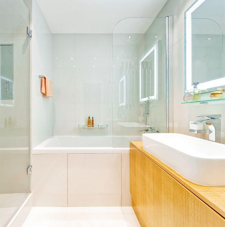 Do nové koupelny se vešla hluboká vana i prostorný kout s mělkou sprchovou vaničkou.