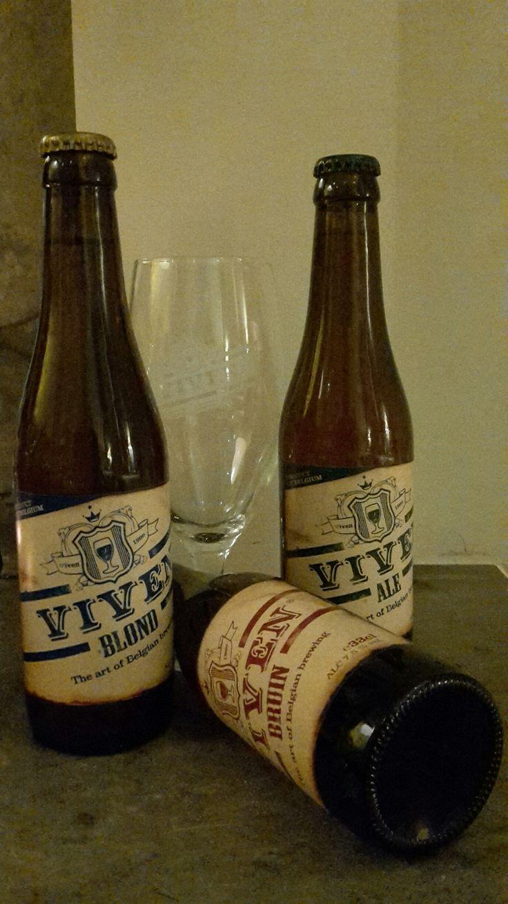 La bière Viven ... suggestion pour le mois de mars au bar de jazz 'The Duke' (Hotel Navarra Bruges)  #Viven, intitialement fondée en 1999 par Willy de Lobel, ne brassait que 2 #bières : 'Chapelle de Viven' et 'Monastère de Viven'. Ces noms réfèrent à Vivenkapelle, un petit village à coté de Damme, tous près de Bruges. Nous vous présentons Viven Blonde, Viven Brune et Viven Ale.  http://www.hotelnavarra.com/baretterrasse.html