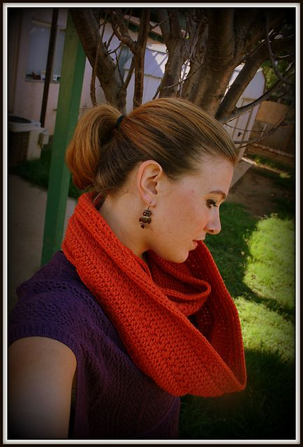 I'm so excited to be able to share another free pattern with my readers! This is my Pumpkin Infinity Scarf.