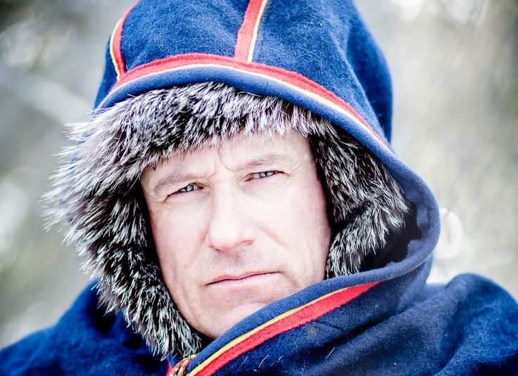 Dálvve. Long working hours on guard at the herd require warm clothing. The functional and traditional storm hood helps block out wind. Photo: Carl-Johan Utsi.