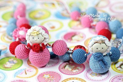 Слингобусы `Малыш`. СлингоБусы  выполнены  из обвязанных хлопком можжевеловых бусинок и дополнены игрушкой 'малыш'.       В наличии обе работы, что есть на фотографии: слингобусы в сине-голубых тонах и красно-розовых тонах.