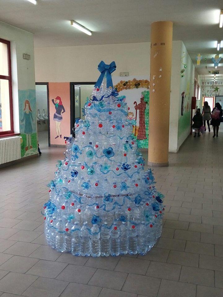 albero di natale con bottiglie di plastica