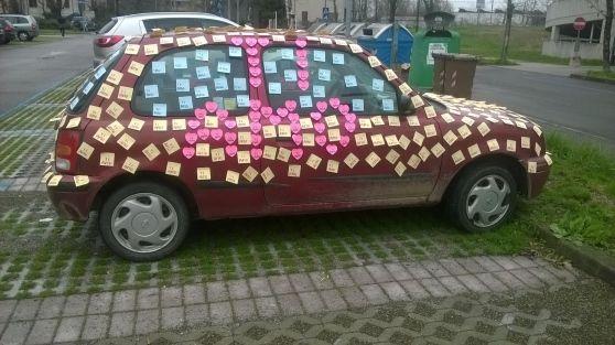 Il destinatario del romantico gesto si è ritrovato l'auto ricoperta di fogliettini colorati e recanti la scritta Ti amo