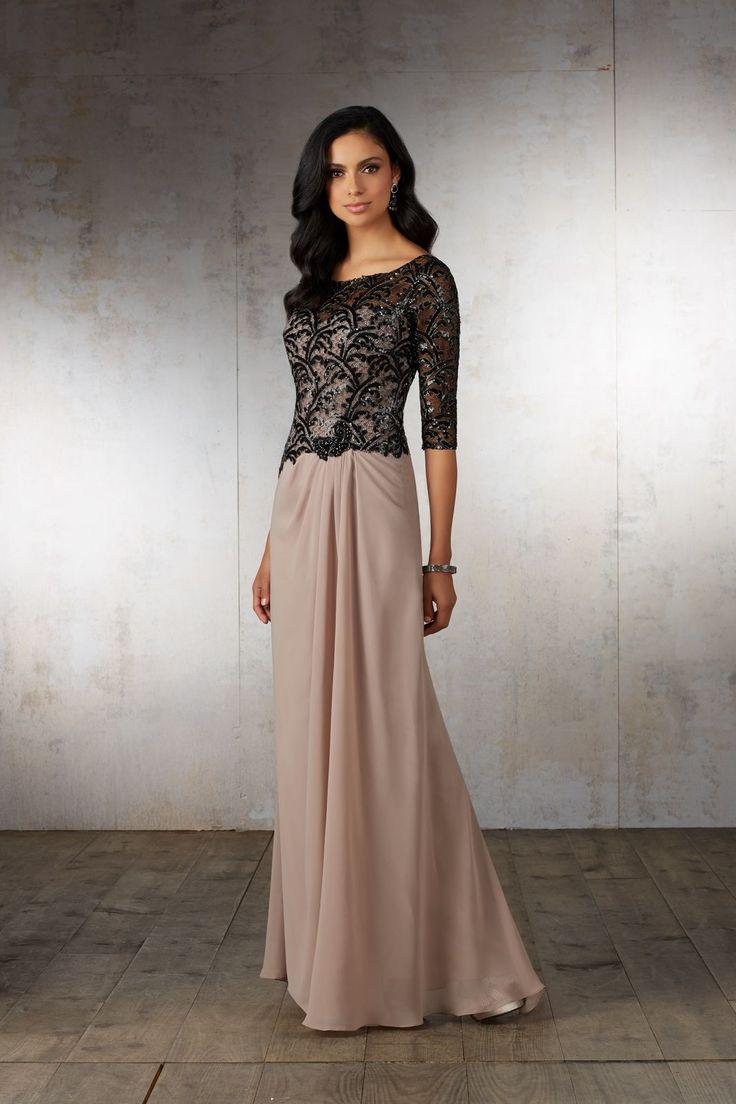Wieczorowa suknia Mori Lee dla mam, z koronkowym rękawem 3/4. Elegancka długa suknia z szyfonu. Marszczenia maskują niedoskonałości, a koronkowa …