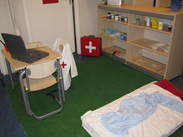 Met kleine aanpassingen en het basis-meubilair een BELEVENIS- én BETEKENISVOLLE spelomgeving over ziekzijn! # Bij de dokter