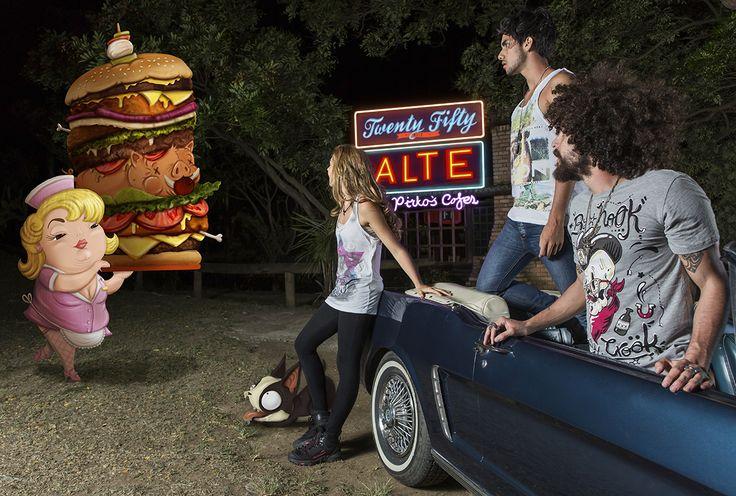 Pasaron horas de camino, hasta que por fin encontramos el restaurante con las mejores hamburguesas de la Milla2050; uno de los tantos lugares que la tribu de los Toros Bravos nos recomendó. Por supuesto no pudimos resistirnos a la tentación y ordenamos las más grandes del menú, pero más grande fue nuestra sorpresa al ver lo monstruosa que era la orden.  Camisetas Cubica
