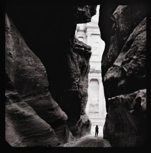 Анни Лейбовиц  Сьюзен Зонтаг в Петре, Иордания. 1994  Из альбома: Анни Лейбовиц. Жизнь фотографа. 1990–2005  © Анни Лейбовиц