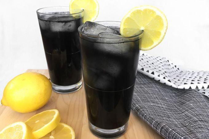 O segredo? Carvão ativado, substância que dá a cor negra ao líquido sem alterar o sabor e o frescor do limão.