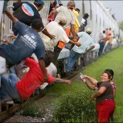 Norma Romero e le contadine cattoliche che da 15 anni gettano buste di cibo e acqua ai clandestini aggrappati al treno merci diretto in Usa