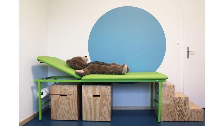 "Kinderarztpraxis ""bym Törli"": Atmosphäre dank Farbgestaltung und Holzmöbel."