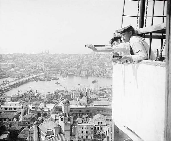 İşgal yıllarında Galata Kulesi'nin üzerine dikilen barakadan İstanbul'u gözetleyen İngiliz askerleri