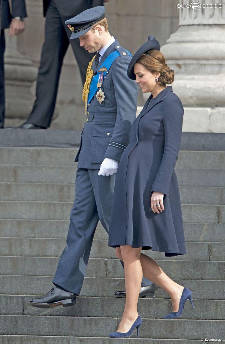 Kate Middleton (enceinte-8mois) ainsi que William et Harry, assistaient le 13 mars 2015 en la Cathédrale St Paul de Londres, à un service commémorant les 453 membres des forces armées britanniques morts lors des opérations en Afghanistan depuis 2001. On a pu observer que toute la familles royale (ou presque) c'étaient réunis. Manteau (modèle Chiara) : Beulah