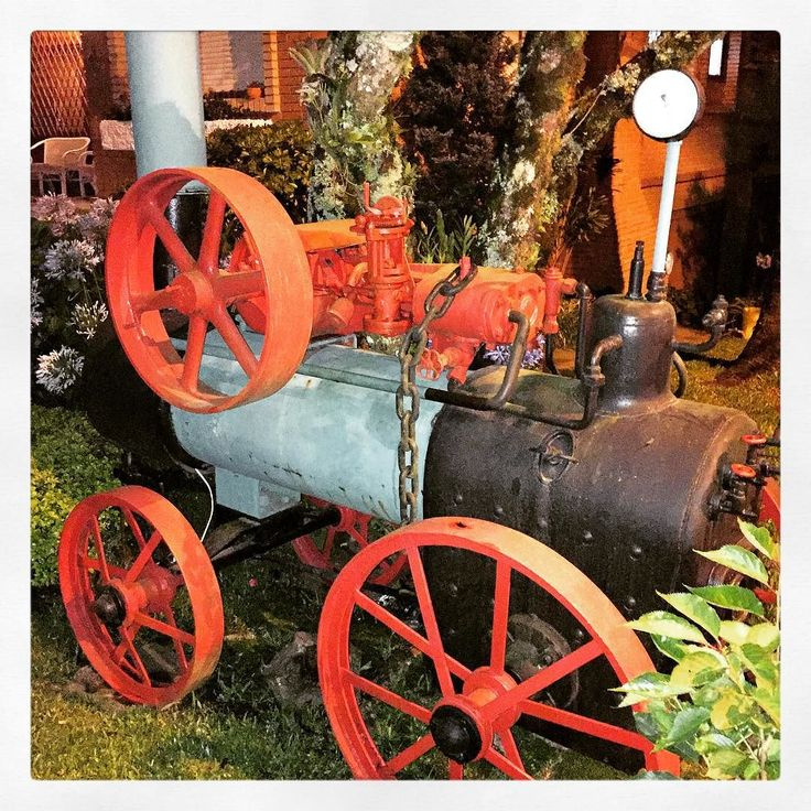 Maquinário no quintal #objetos #ferrovia #casa #quintal #gramado #jardim #colorido #pecadeferro #shooting #fotografia #riograndedosul