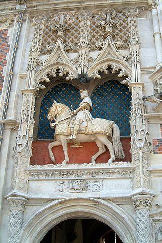 Louis XII chateau de Blois-Château de Blois -Statue équestre de Louis XII,sous laquelle se trouvent le porc-épic symbole du roi (dont la devise était «Qui s'y frotte s'y pique.»),la lettre L pour Louis XII et la lettre A,emblème d'Anne de Bretagne.Notez que le cheval lève ses deux jambes droites en même temps,ce qui signifie qu'il est « à l'amble »,allure courante à l'époque.