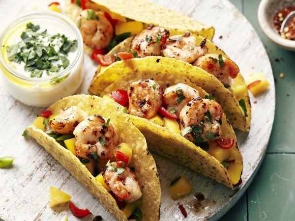 Gevulde taco's met scampi's, mangosalsa en yoghurt-koriandersaus (Libelle Lekker!)