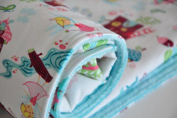 Manta de bebé hecha a mano con la tela PIXIE TOWN de la colección Fairyville de Camelot Fabrics. Puedes encontrarla con el  en http://www.ulalatela.com/collections/telas-infantiles/products/tela-infantil-hadas-bosque #telasulalatela #telasinfantiles #mochilainfantil #pixietownfabric #camelotfabrics #fairyvillefabric