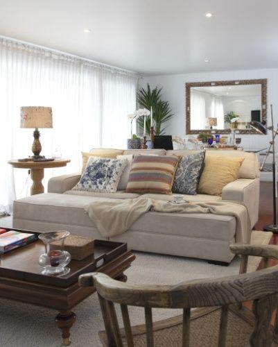 Nesta sala, o conforto tamb�m � enfatizado pela escolha dos materiais: o escrit�rio In House Designers de Interiores prop�s um estofado com pufe revestido de suede, que, nos dias frescos, fica mais quentinho com a gostosa manta. O tapete sobre o piso de madeira d� ainda mais conforto
