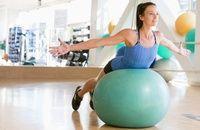 Koniec z monotonią! Piłka do ćwiczeń umożliwi wiele rodzajów ćwiczeń.