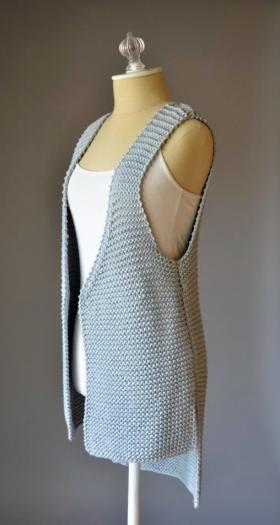 Стильный жилет спицами для женщин крупной вязки, выполненный из толстой пряжи на основе бамбука. Вязание жилета осуществляется платочным узором по...