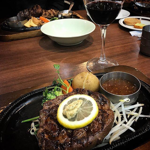 ワインと肉が食べたくなり… 近所のここ、また行っちゃいましたー😁 ・ #国産牛ヒレステーキ #チリ産赤ワイン #スエヒロ館 #今回こそ国産牛で #今日は宮崎牛 #ファミレスなのに #この赤ワインが美味しすぎる #肉 #ステーキ #ワイン #美味しいもの記録