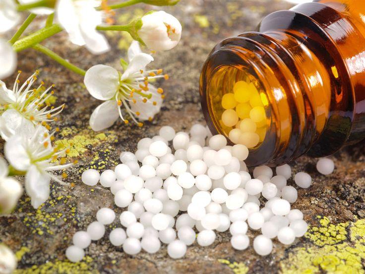 Die Kügelchen sind homöopathische Arzneimittel, die Euch dabei helfen, starke Schmerzen zu lindern. Wozu werden die Streukügelchen oder Tropfen verwendet? Hier findet Ihr eine Homöopathie-Liste mit Beschreibungen zu den einzelnen Wirkungen.