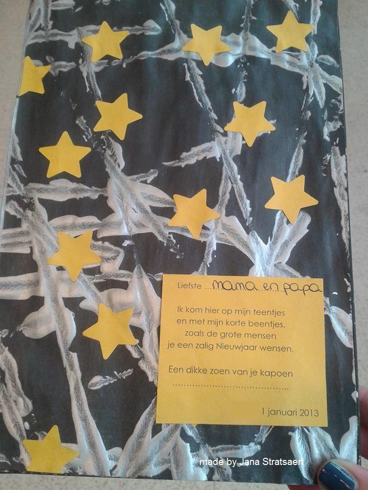Achterkant van de Nieuwjaarsbrief die ik maakte met de kls.: - knikkerrollen met zilveren verf op een zwart papier - sterretjes ponsen en op het papier kleven  (voorkant van de Nieuwjaarsbrief op een andere foto)