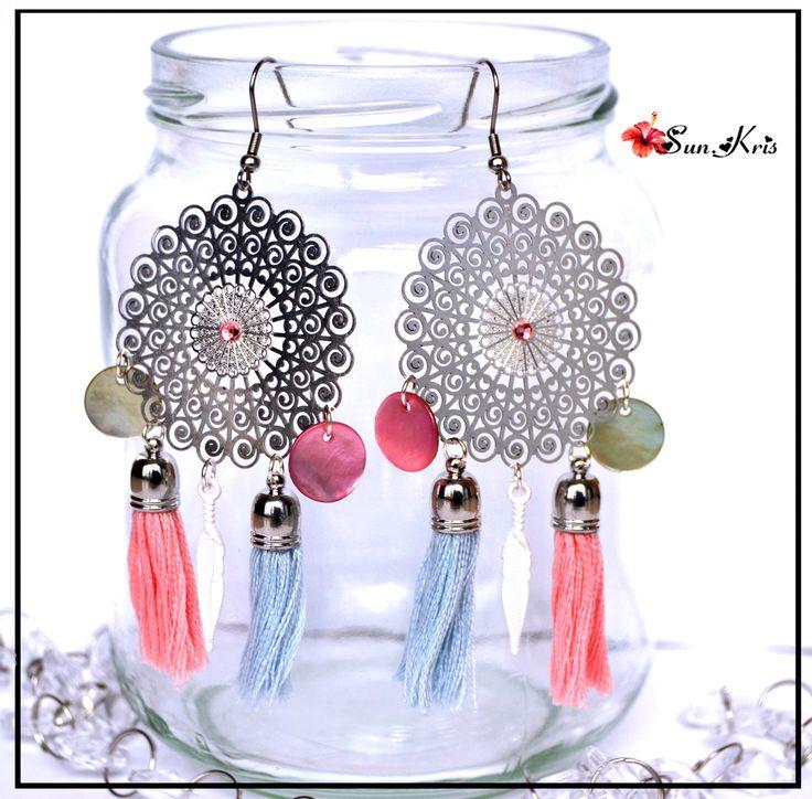 Boucles d'oreilles pompons et estampes filigranes, couleurs pastels Bleu Rose et Argenté, bijou bohème : Boucles d'oreille par sunkris