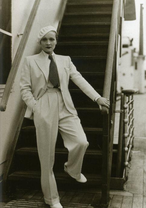 Marlene Dietrich es la primera actriz en probar el poder erotizador del pantalón.1930