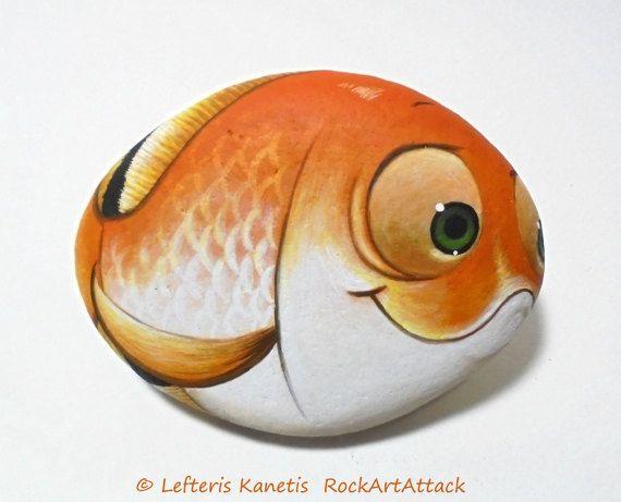 Mano dipinta felice Goldfish di pietra con i grandi occhi divertenti! Una grande pietra dipinta a mano fatta da me!  È dipinta su una pietra di mare liscio che ho raccolto da una spiaggia su unisola greca. È dipinta con colori acrilici di qualità darte e molto piccoli pennelli per i dettagli, è firmato sul retro e covert con forte vernice pietra acrilica per la protezione.  Dimensioni circa: Altezza: 7,8 cm (3,1) Larghezza: 10 cm (3,9)  Il tuo opere darte arriverà accuratamente imballato…