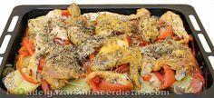Pollo con verduras al horno  Ingredientes ( 6 personas):   - 1 pollo de corral troceado (sin las carcasas) - 3 Patatas - 2 cebollas - 1 pimiento rojo - 1 tomate - Orégano, romero y tomillo - Pimienta y sal - Aceite de oliva - 1 copa de coñac