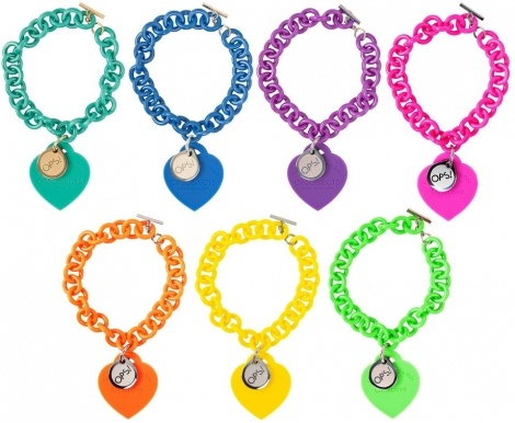 """E' Opsobject che ha lanciato il suo Ops!Love, un colorato bracciale a catena di resina (anallergica) con chiusura a T e due ciondoli: il principale in silicone a forma di cuore con l'iscrizione """"lovely designed in Italy"""" e uno più piccolo con il logo Ops."""