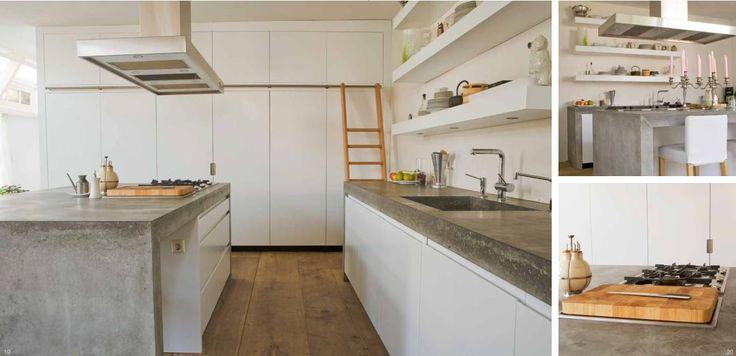 Modern greeploze keuken uitgevoerd in MDF en gespoten in kleur wit. Betonnen aanrechtbladen. Hoge kasten tot plafond met houten trap. Open schappen, waarvan onderste met verlichting - The Living Kitchen by Paul van de Kooi