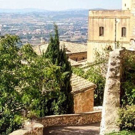 🇮🇹That view! Take me back 😍 #melbournelifelovetravel #laneway #assisi #umbria #streets #history #beautiful #picturesque #visititalia #italy #architecture #visitassisi #thatview #greenery