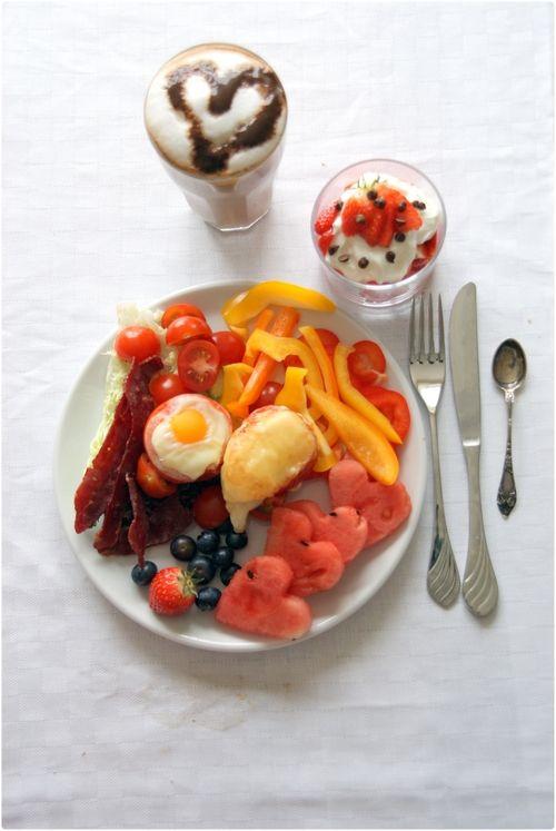 proteinkaffe, grønnsaker, frukt, innbakt egg med og uten ost, bacon og jordbærskål.