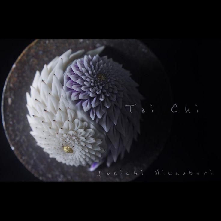 #一日一菓 #菓道 「 #陰陽菊 」 #wagashi of the Day #tai #煉切 製  本日は陰陽菊です。 こちらは鋏菊の変形切りになります。 昨日、北京でメディア向けイベント(日本で言うところのニコ生的なモノ)を開催させて頂きました。 開始1時間で75万人もの閲覧者数を頂き、 中国という大国を感じると共に、大変感謝しております。 明日から6日間に渡り、 北京でのワークショップが開催されます。 会場は #798 ART ZONE という、とても大きなアートに特化した地区内の日本文化SHOPにての開催となります。 明日の皆様との出会いが楽しみです✨  #JunichiMitsubori #和菓子 #一菓流 #ART #アート #dope #春 #Spring #beijing #中国 #China
